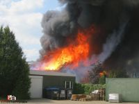 2015-07-22 Lagerhalle in Vollbrand Quelle Bernd Herzig Feuerwehr Tiste (1)