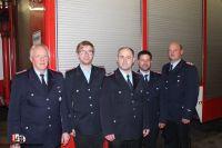 Ortsbrandmeister Jürgen Stache (links), Stellvertreter Claus Hauschild (rechts), die beförderten Kameraden und das neue Mitglied (mitte)